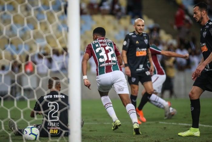 Marcos Paulo celebra o gol do Flu, marcado pelo atleticano Patric (2), contra