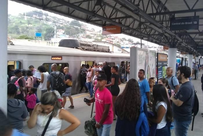 Passageiros aguardam normalização da circulação na estação de Bonsucesso
