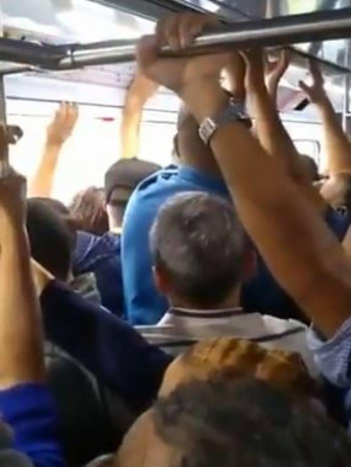 Usuário flagra trem superlotado andando com a porta aberta no ramal Santa Cruz