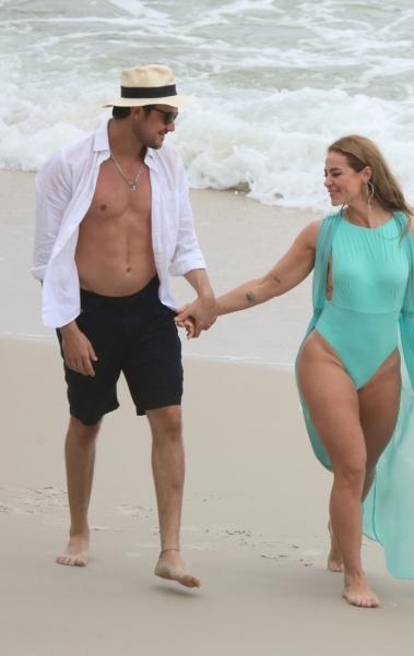 Paolla Oliveira e Sérgio Guizé gravam cena de 'A Dona do Pedaço' na Praia do Abricó, na Zona Oeste do Rio