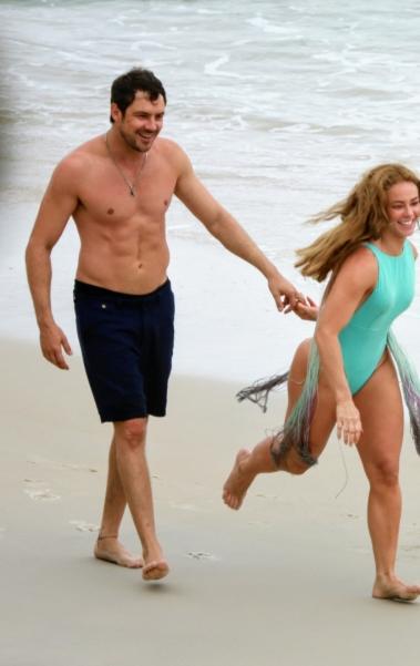 Paolla Oliveira e Sérgio Guizé gravam cenas de 'A Dona do Pedaço' na praia do Abricó