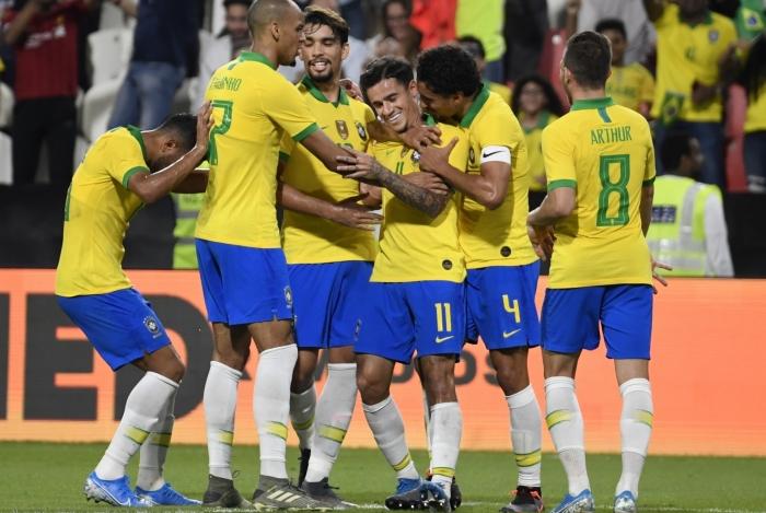 Os jogadores celebram com Coutinho (11), que marcou de falta