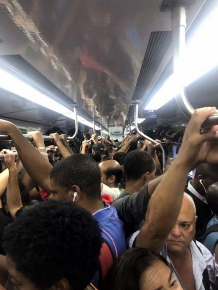 Os usuários têm reclamado da demora e da superlotação nos trens
