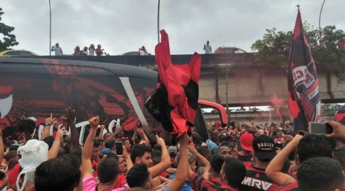 Ônibus encontra torcedores do Flamengo a caminho do Galeão