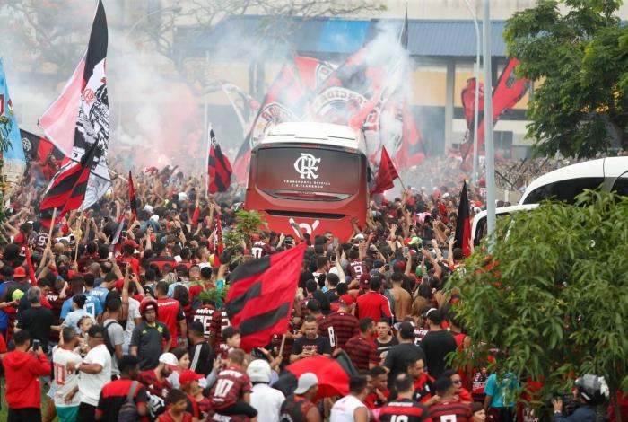 A torcida fez enorme festa no embarque do Flamengo para a decisão