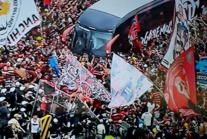 Confusão marcou chegada do Flamengo ao Galeão