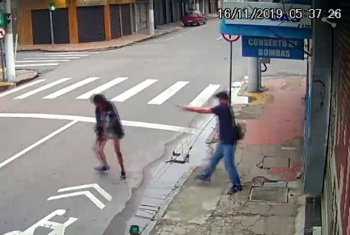 Moradora de rua Zilda Henrique dos Santos Leandro, de 31 anos, conhecida como Néia, pede esmola a homem (identificado como Aderbal Ramos de Castro) numa rua de Niterói, e é baleada e morta.
