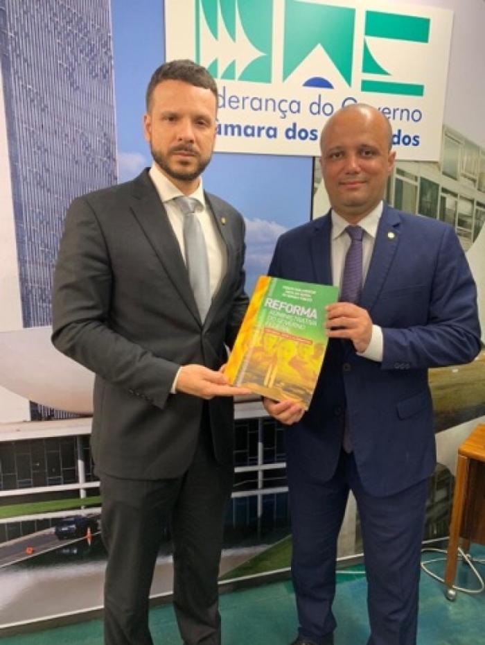 Presidente da frente parlamentar, deputado Professor Israel Batista tratou da reforma administrativa e de outras propostas com o líder do governo, Major Vitor Hugo