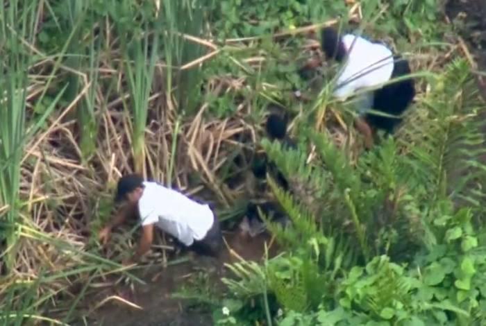 Criminosos se jogaram na lama para se esconder da polícia
