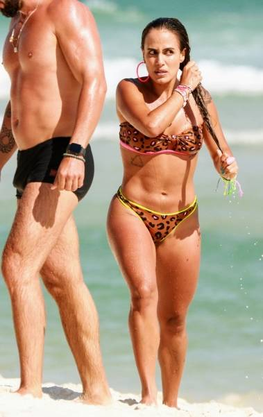 Ex-BBB Carol Peixinho dá ajeitadinha no biquíni em dia de praia
