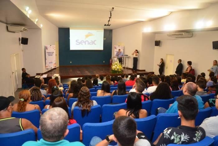 Presidente da Sicomércio, José Essiomar, discursa para a plateia de dezenas de profissionais que lotaram auditório para receber seus certificados