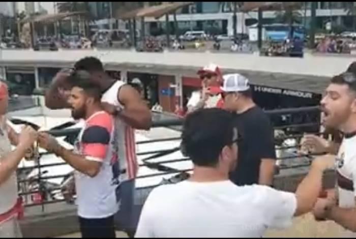 Torcedor do River Plate imita macaco em discussão com flamenguistas