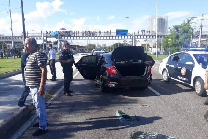 Tiroteio e perseguição interditaram a Avenida Ayrton Senna, na Barra da Tijuca, na última sexta-feira