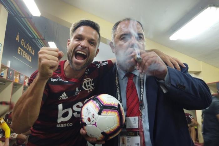 Marcos Braz ao lado de Diego
