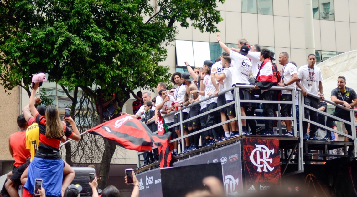 Rio, 24/11/2019 - AGÊNCIA DE NOTÍCIAS/PARCEIRO - Movimentação de torcedores do Flamengo em comemoração do título da Copa Libertadores 2019, no Centro do Rio de Janeiro, neste domingo (24). Foto: Vanessa Ataliba/Parceiro/Agência O Dia