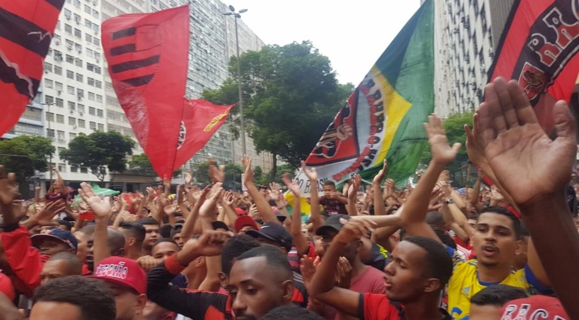 Milhares de Rubro-Negros fazendo festa nas ruas do Rio de Janeiro