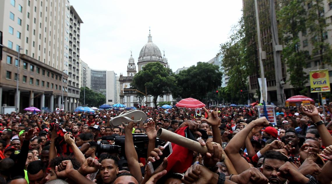 Rio de Janeiro 24/11/2019 - Torcoda do Flamengo faz festa na centro doRio a espera dos jogadores. Foto: Luciano Belford/Agencia O Dia