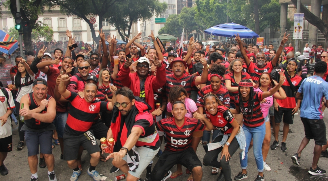 Rio, 24/11/2019 - AGÊNCIA O DIA/PARCEIRO - Movimentação de torcedores do Flamengo em comemoração do título da Copa Libertadores 2019, no Centro do Rio de Janeiro, neste domingo (24). Foto: Fausto Maia/Parceiro/Agência O Dia