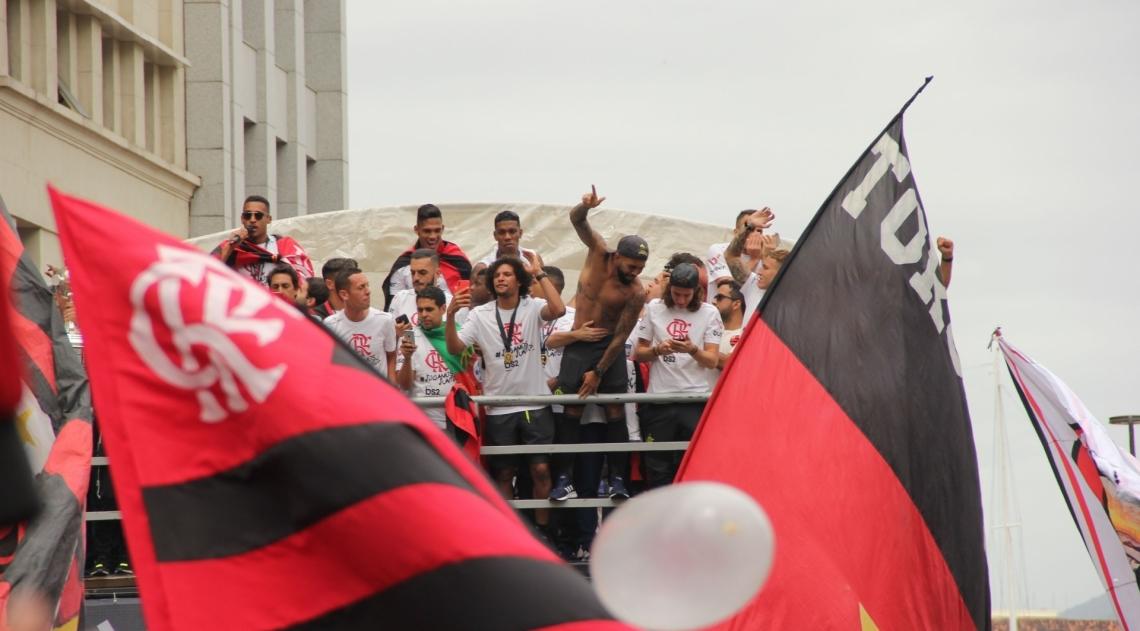 Rio, 24/11/2019 - AGÊNCIA DE NOTÍCIAS/PARCEIRO - Movimentação de torcedores do Flamengo em comemoração do título da Copa Libertadores 2019, no Centro do Rio de Janeiro, neste domingo (24). Foto: Fausto Maia/Parceiro/Agência O Dia