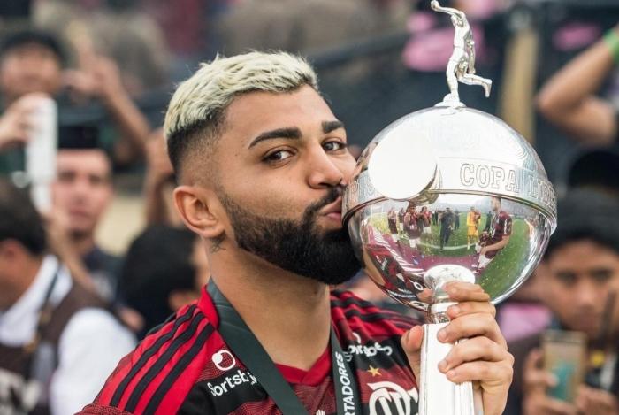 Gabigol beija o troféu da Libertadores