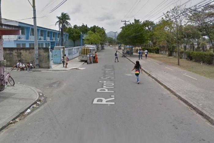 Homem teria sido alvejado pelas costas na Rua Professor Souza Moreira, próximo à estação de trem de Inhoaíba