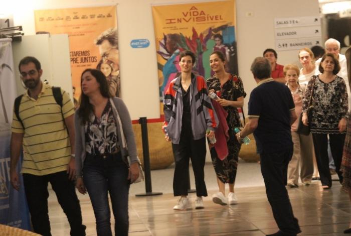Camila Pitanga e Beatriz Coelho são fotografadas indo ao cinema no Rio