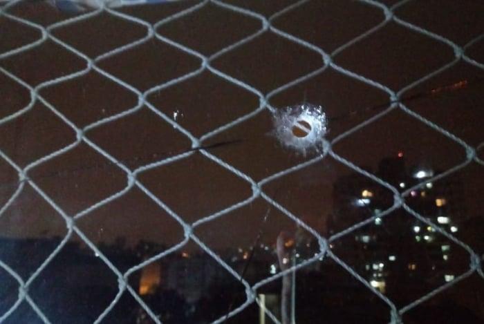 Prédio na Tijuca teve janela perfurada por um tiro, durante comemoração de um gol do Flamengo pela Libertadores
