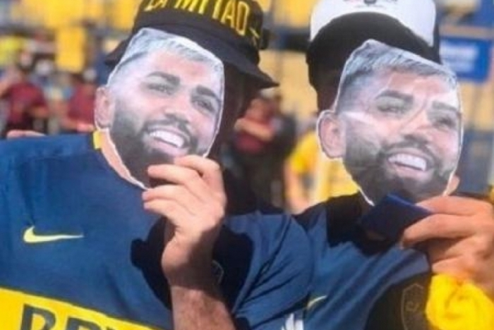 Torcedores do Boca Juniors usam a máscara de Gabigol na Bombonera