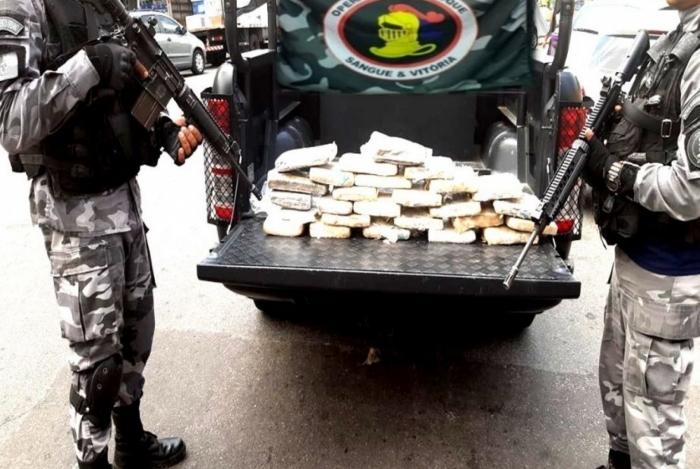 Policiais apreenderam 26 tabletes de maconha prensada