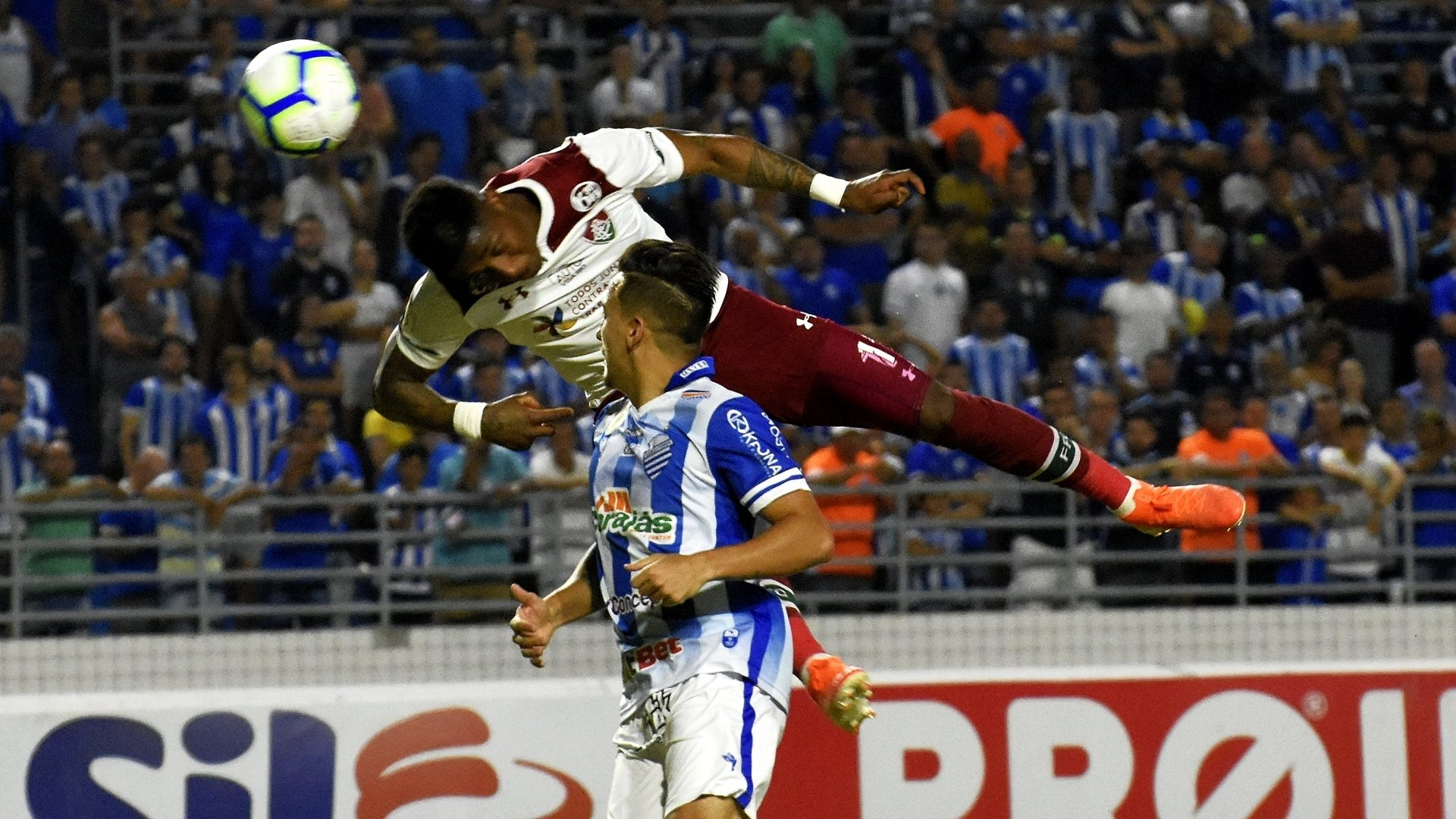 O atacante Yony Gonzaléz usa a cabeça para fazer o gol salvador na vitória do Fluminense em Maceió
