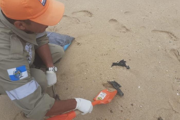 Fragmentos de óleo foram encontrados, no domingo, em praia do município de Quissamã, no Norte Fluminense