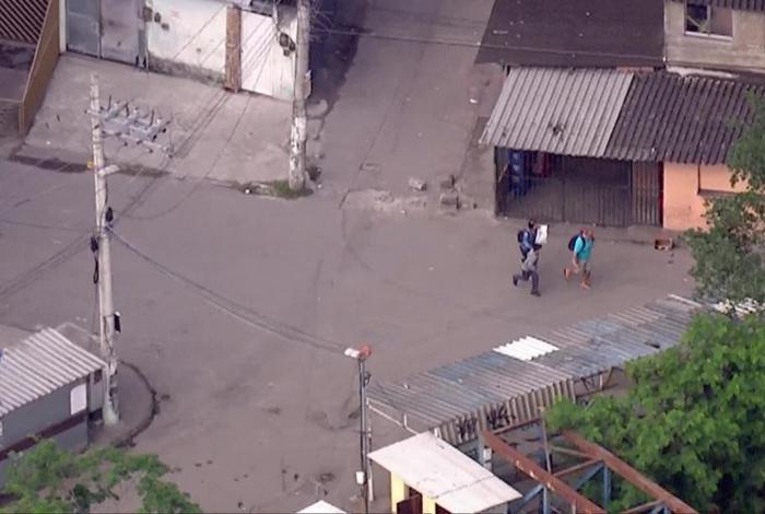 Moradores da Cidade de Deus ficam no meio de confronto entre policiais e criminosos