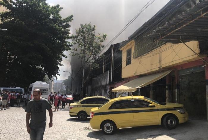 Imagens enviadas ao WhatsApp mostram uma fumaça preta saindo do barracão do Império Serrado
