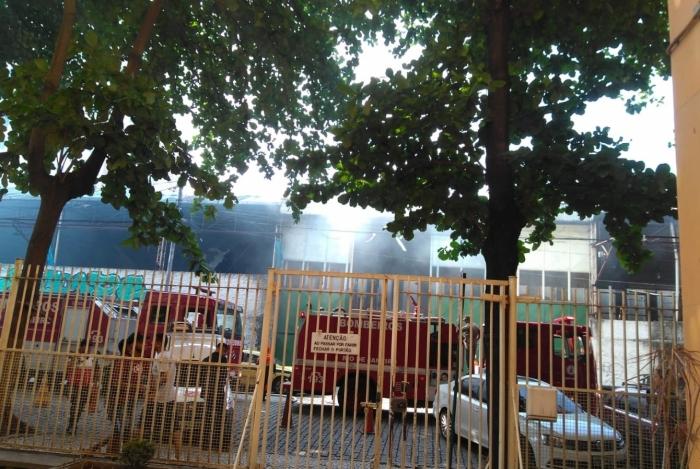 Barracão do Império Serrano pega fogo