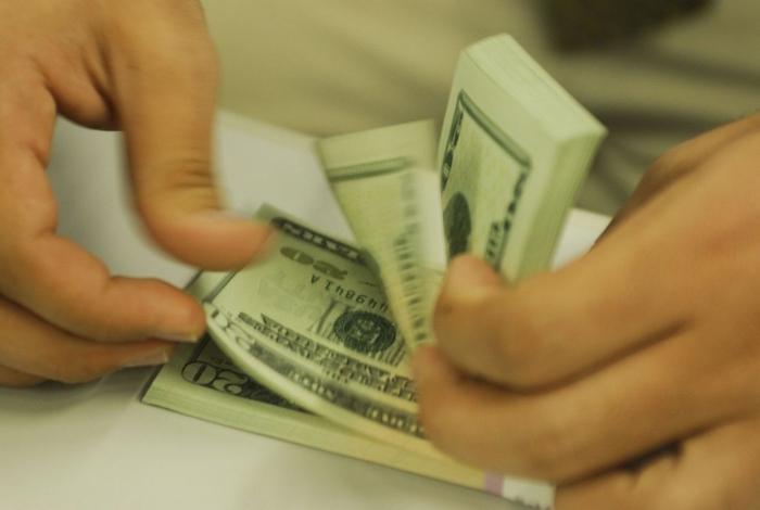 Dólar acumula valorização de 5,14% no mês