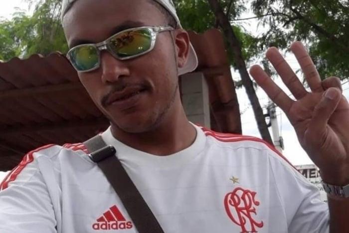 Denis Brito, 23 anos, morreu após ser baleado no Complexo da Maré