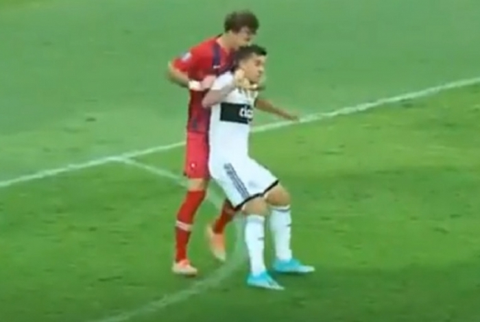 Zagueiro foi expulso por morder a cabeça de adversário