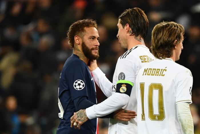De volta à Liga dos Campeões, Neymar cumprimenta Sergio Ramos
