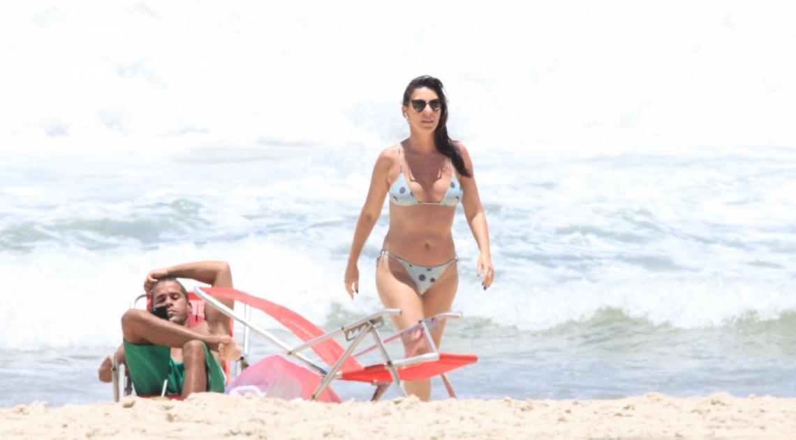 Glenda Kozlowski curte dia de praia em Ipanema, na Zona Sul do Rio
