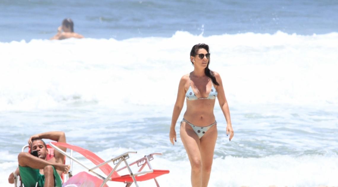 Glenda Kozlowski curte dia de sol na praia