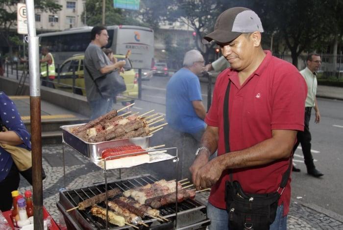 O vendedor Francisco Alves se espanta com o preço da carne