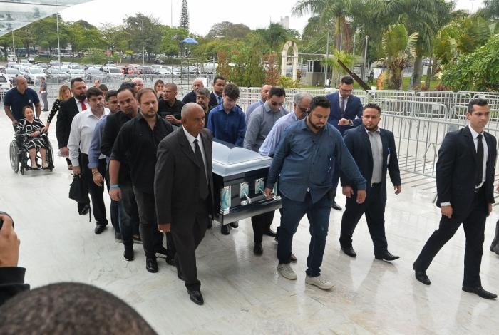 Corpo de Gugu Liberato chega à Assembleia Legislativa de São Paulo para velório