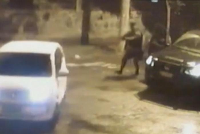 Ação de policial contra carro onde não havia suspeitos gera dúvidas sobre a sua real intenção