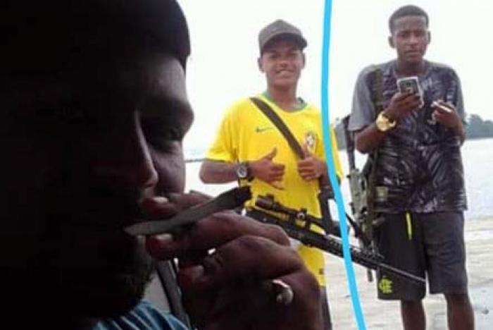 João Lucas Souza Silva segurando celular