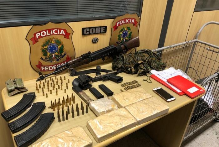 Armas e drogas foram apreendidas durante operação no Complexo do Salgueiro
