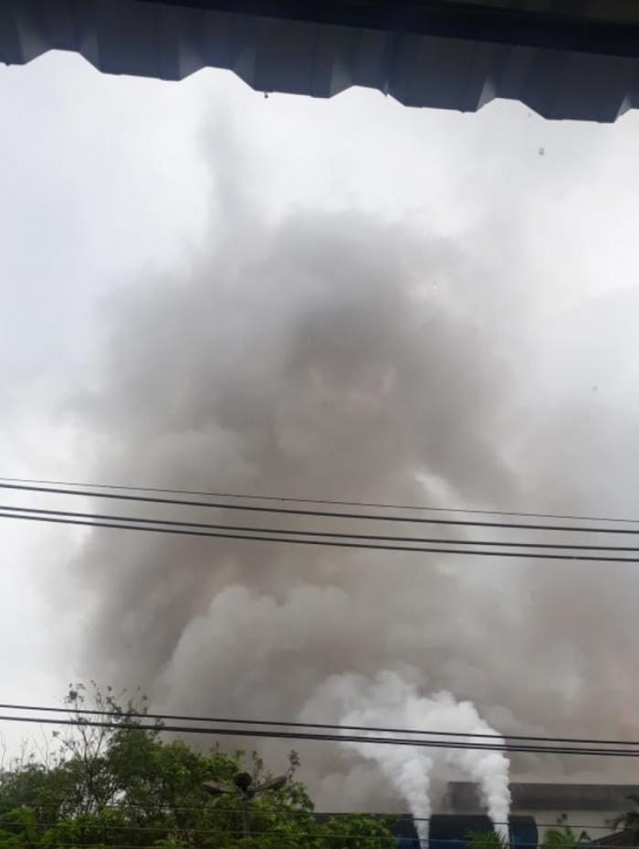 Fumaça escura na CSN assusta moradores de Volta Redonda