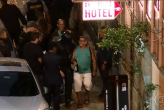 Refém de sequestrador de bar da Lapa é libertado e sai com garrafa de cerveja na mão