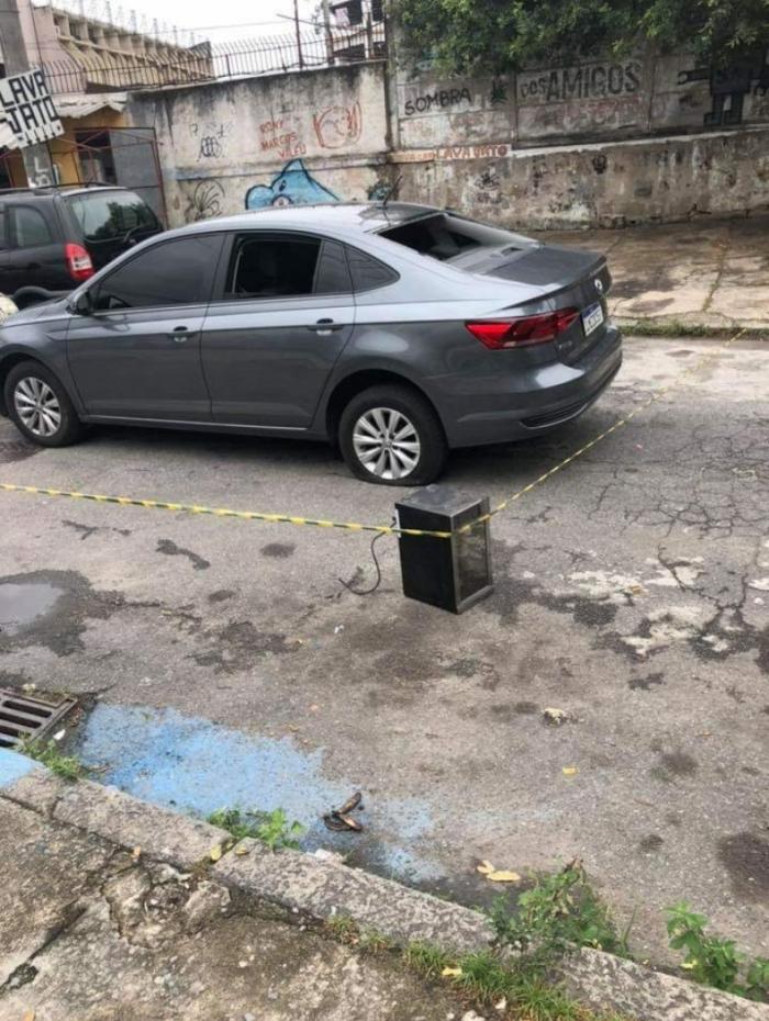 Carro utilizado pelos criminosos foi abandonado