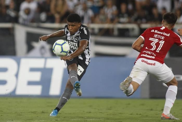 Mesmo marcado, Rhuan tenta o chute no Nilton Santos: atuação apagada