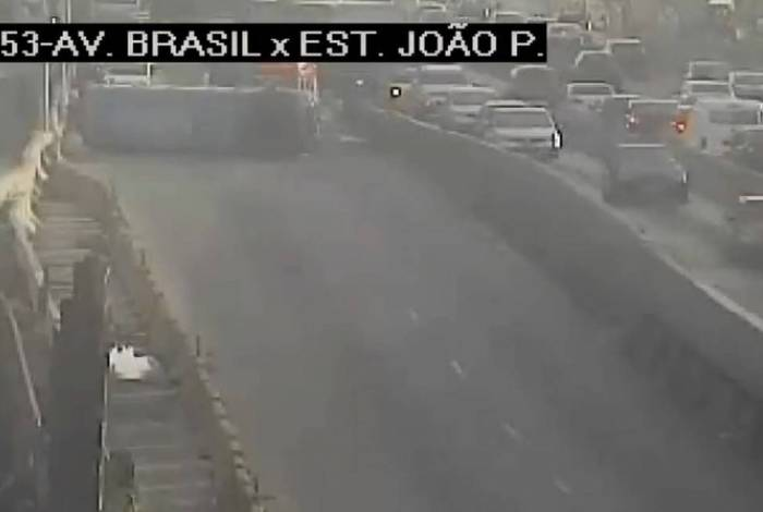 Micro-ônibus capota na Avenida Brasil e deixa seis feridos